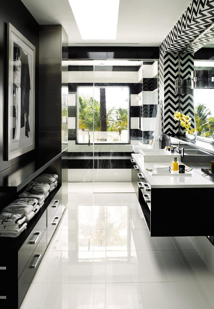 Ванная. Интерьер выдержан в строгой черно-белой гамме. Напротив зеркала — портрет Мика Джаггера работы Энди Уорхола.