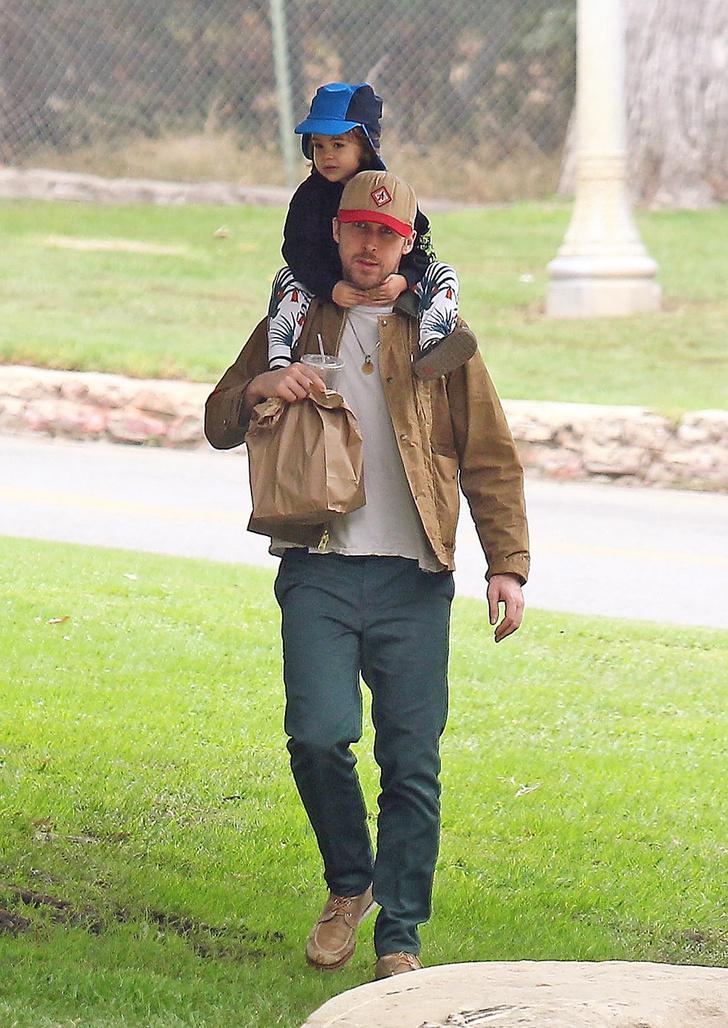Идеальная семья: Райан Гослинг на прогулке с дочерью фото [1]
