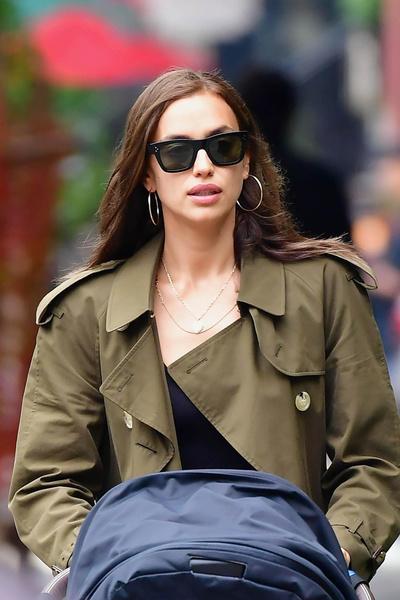 Сапоги Chanel + плащ Burberry: Ирина Шейк на прогулке c дочерью Леей (галерея 4, фото 1)
