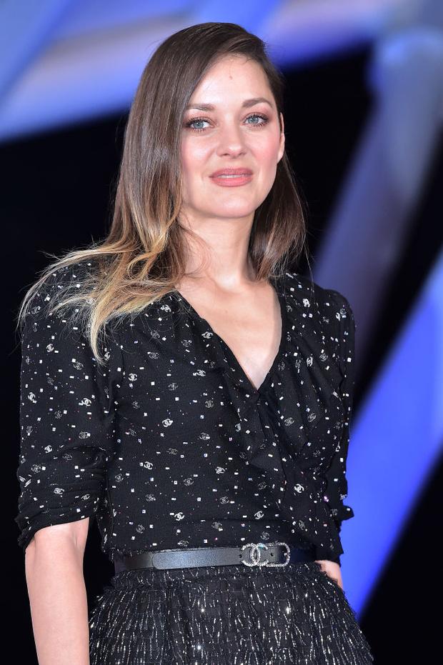 По ночам парижанки носят звездное небо: чарующий образ Марион Котийяр (фото 2)