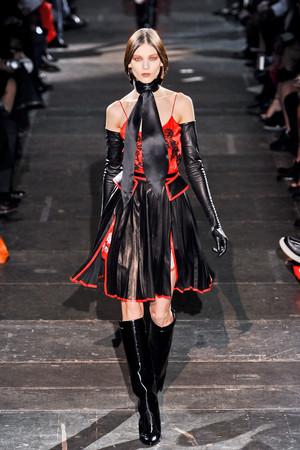 Показ Givenchy коллекции сезона Осень-зима 2012-2013 года Prêt-à-porter - www.elle.ru - Подиум - фото 382588
