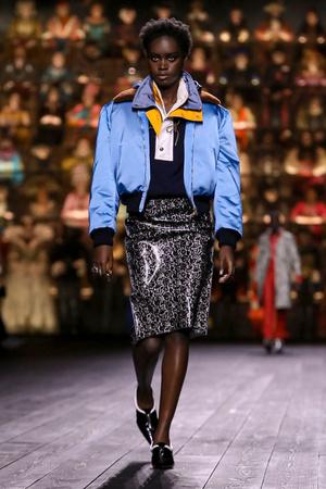 Как носить пуховик с вечерним платьем? Ответ найдете на показе Louis Vuitton (фото 7.1)