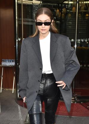Как носить «папин» пиджак и выглядеть женственно? Научит Джиджи Хадид (фото 1.1)