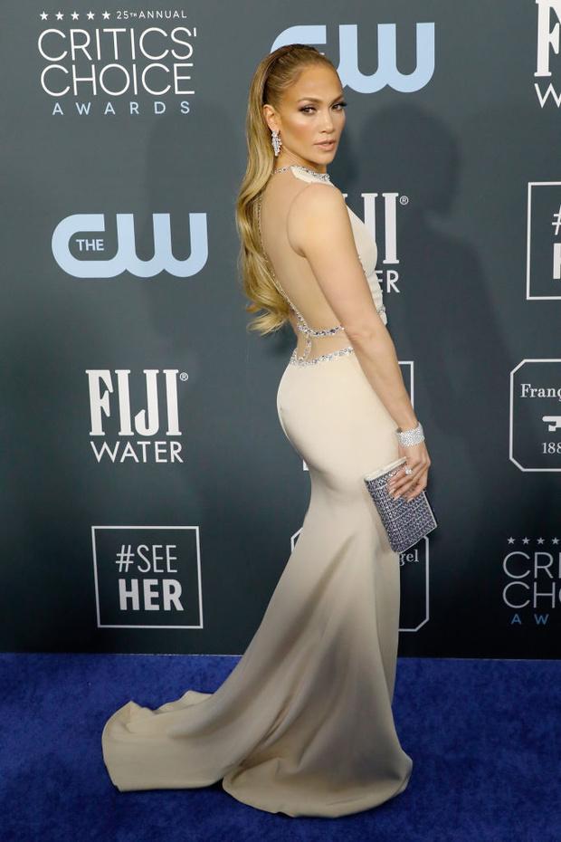 Пропустите вперед королеву: практически «голое» платье Дженнифер Лопес (фото 4)