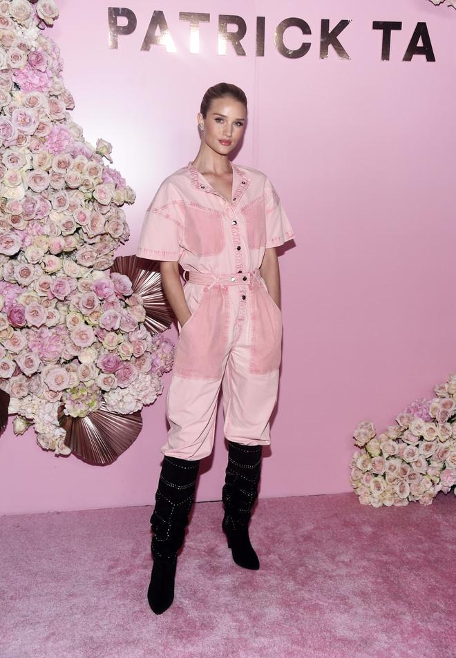 От королевы Рании до Кендалл Дженнер: 12 лучших розовых образов недели (фото 4)