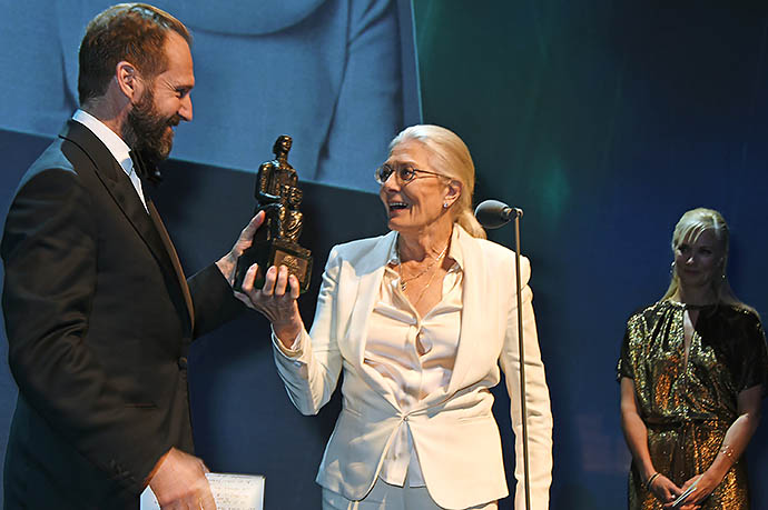 Рэйф Файнс вручает награду Ванессе Редгрейв
