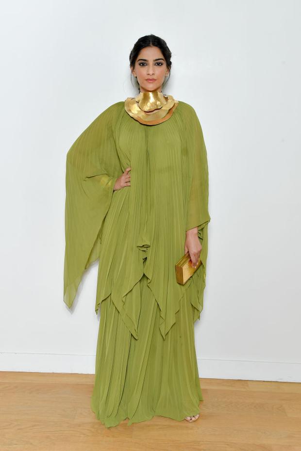 Самая красивая гостья показа Elie Saab: актриса Сонам Капур в платье  фисташкового цвета с воротником из золота (фото 3)