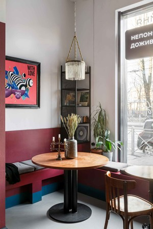 """Матча-бар """"Салют"""" с граффити и винтажными светильниками в Петербурге (фото 8.1)"""