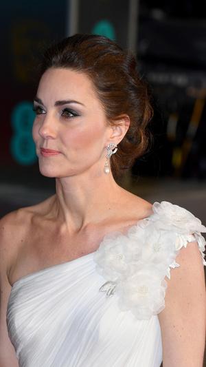 Ослепительно и аристократично: Кейт Миддлтон в белом платье с цветами на BAFTA-2019 (фото 1)