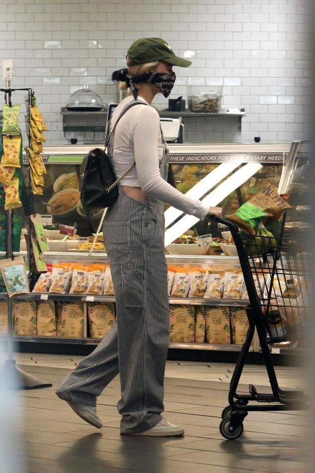 Фирменная бандана и комбинезон отчаянной домохозяйки: как чувственная блондинка Марго Робби ходит за покупками (фото 1)