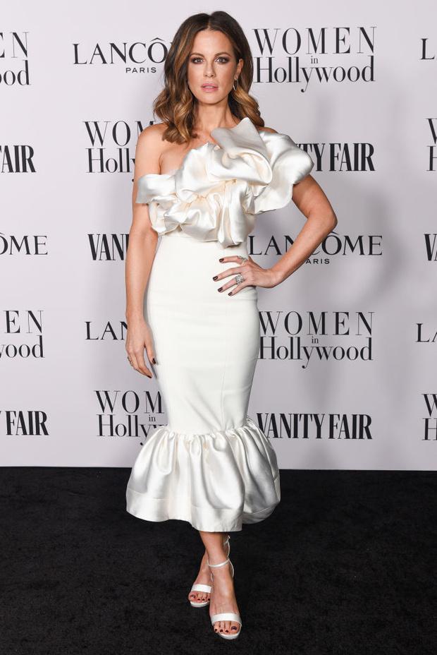 Белая магнолия: ослепительная Кейт Бекинсейл в платье Solace London (фото 1)