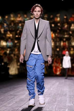 Как носить пуховик с вечерним платьем? Ответ найдете на показе Louis Vuitton (фото 11.2)