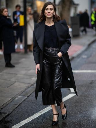 Кожаные брюки, вязаный топ и черное пальто: Алекса Чанг в Лондоне (фото 0)