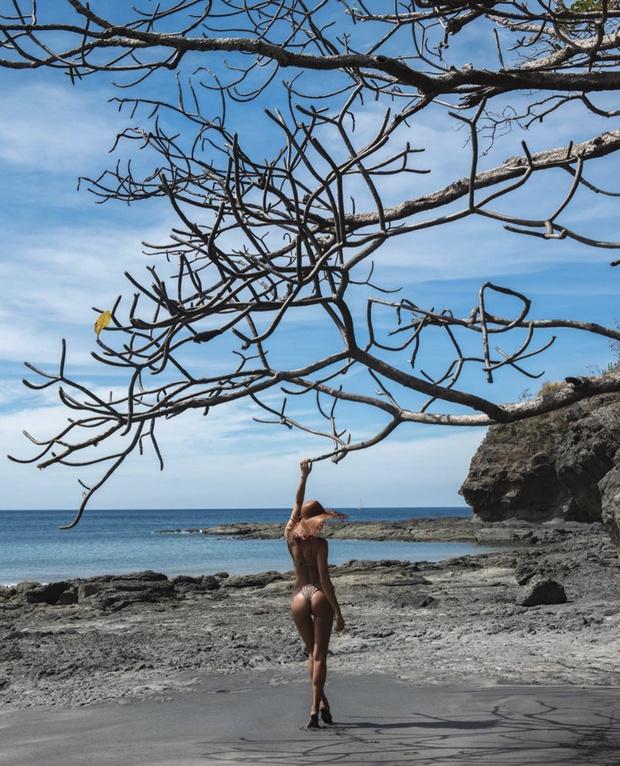 Неон, леопард или зебра? Ирина Шейк и ее коллекция сексуальных бикини на побережье Коста-Рики (фото 6)