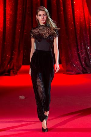 Показ Ulyana Sergeenko коллекции сезона Весна-лето  2017 года haute couture - www.elle.ru - Подиум - фото 616862