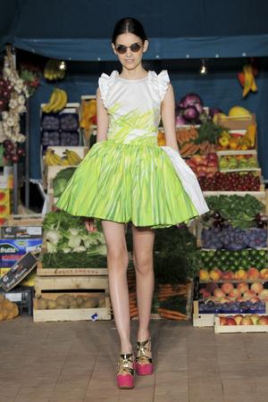 Показ Moschino Cheap & Chic коллекции сезона Весна-лето 2012 года prêt-à-porter - www.elle.ru - Подиум - фото 304000