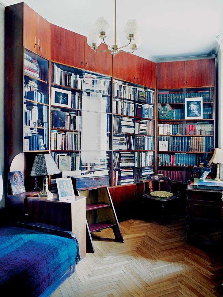 Кабинет. Домашняя библиотека Улановой насчитывает более 2400 томов, многие — с дарственными надписями.