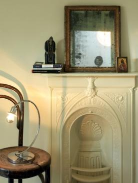 Камин в гостиной — обязательный атрибут английского дома. На каминной полке — фигурка св. Нила Сорского