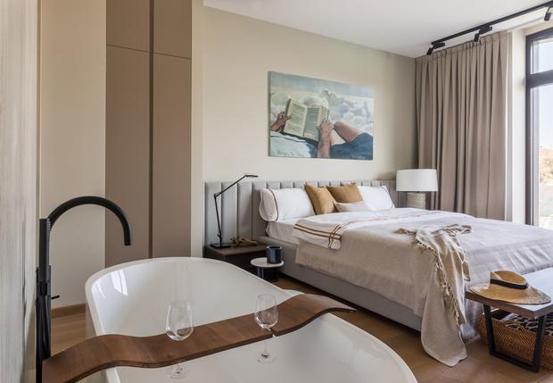 Квартира 76 м² с ванной в спальне и прозрачным камином (фото 3)