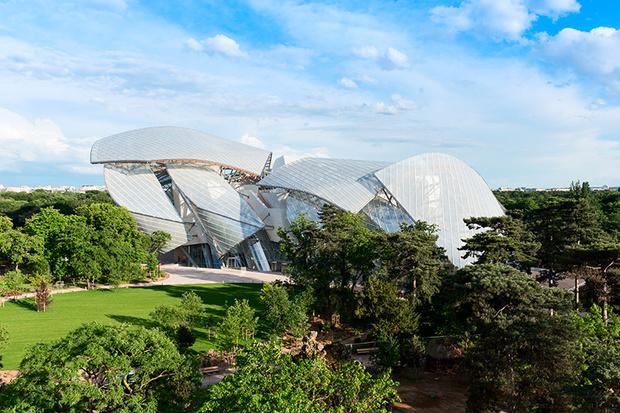 похожее на парусник здание Фонда Louis Vuitton (проект Фрэнка Гери).