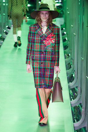 Показ Gucci коллекции сезона Осень-зима 2017-2018 года Prêt-à-porter - www.elle.ru - Подиум - фото 620138