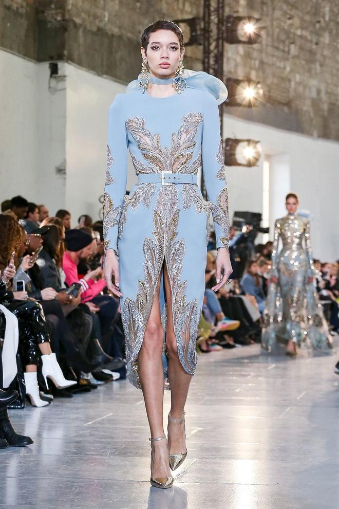 Вырезы в форме галстука и сотни тысяч кристаллов: Elie Saab Haute Couture 2020 (фото 34.2)