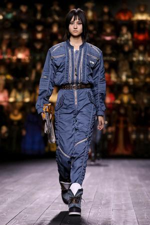 Как носить пуховик с вечерним платьем? Ответ найдете на показе Louis Vuitton (фото 13.2)