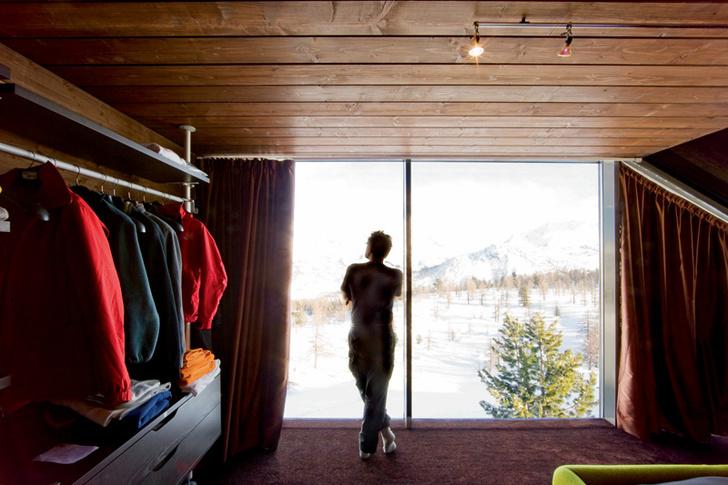 Любоваться окрестностями в этом доме можно даже из гардеробной. Для этой комнаты архитекторы выбрали открытую систему хранения, IKEA.