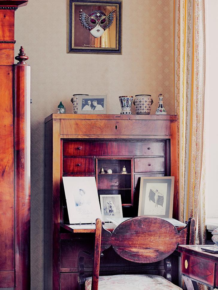 В музее хранится масса любопытных экспонатов — от портсигара Шаляпина до подлинника Шагала с дарственной надписью.
