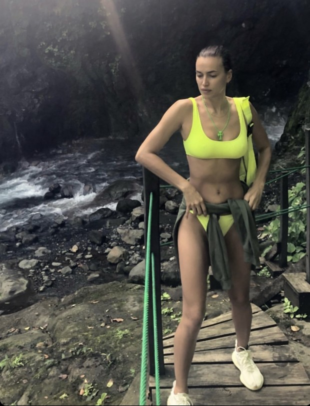 Неон, леопард или зебра? Ирина Шейк и ее коллекция сексуальных бикини на побережье Коста-Рики (фото 1)