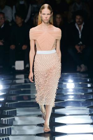 Показы мод Balenciaga Весна-лето 2015 | Подиум на ELLE - Подиум - фото 4172