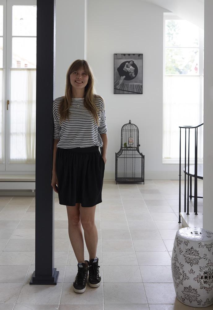 Ольга Мальева в холле своего дома. Несущие колонны декоратор дополнила ажурными базами и капителями, а затем покрыла краской по металлу, Farrow & Ball Full Gloss.