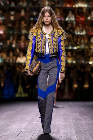 Как носить пуховик с вечерним платьем? Ответ найдете на показе Louis Vuitton (фото 15.2)