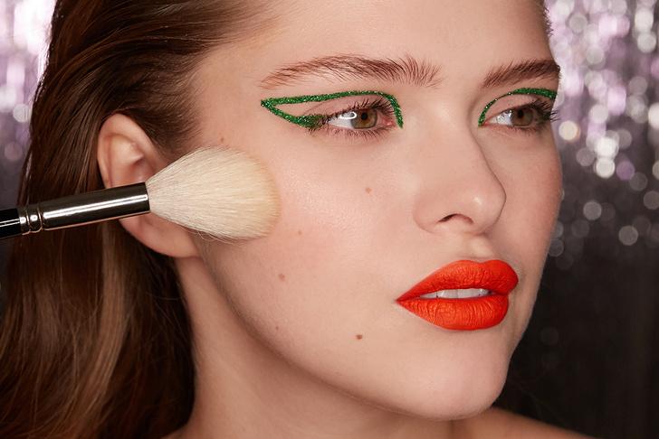 Поэтапная инструкция: 2 новогодних макияжа от визажистов Елены Крыгиной (фото 34)