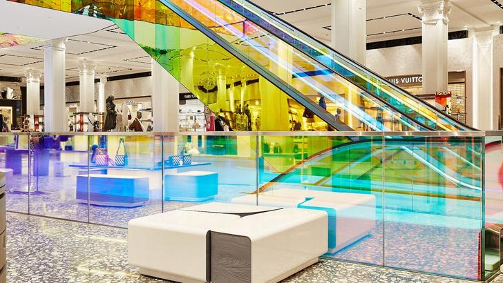В универмаге Saks Fifth Avenue появился разноцветный эскалатор (фото 2)