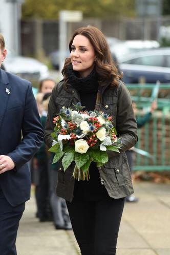 Новый выход Кейт Миддлтон: куртка, свитер и никаких каблуков (фото 6)