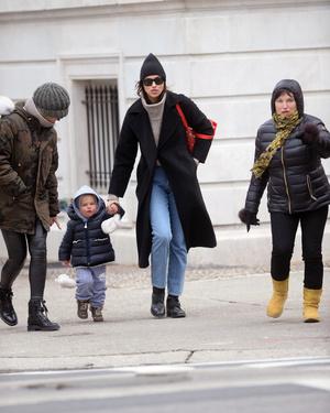 Идеальная мама: Ирина Шейк с дочерью в Центральном парке (фото 1.1)