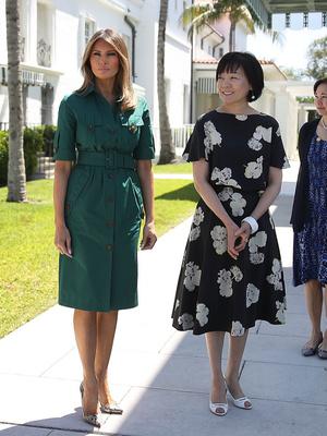 Идеальный изумруд: Мелания Трамп в платье Derek Lam (фото 1)
