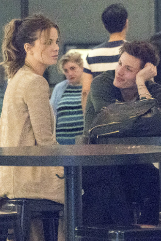 Кейт Бекинсейл снова встречается с 22-летним Мэттом Райфом фото [1]