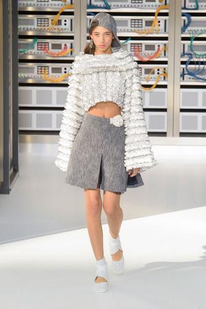 Показ Chanel коллекции сезона Весна-лето  2017 года Prêt-à-porter - www.elle.ru - Подиум - фото 607932