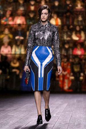 Как носить пуховик с вечерним платьем? Ответ найдете на показе Louis Vuitton (фото 6.1)