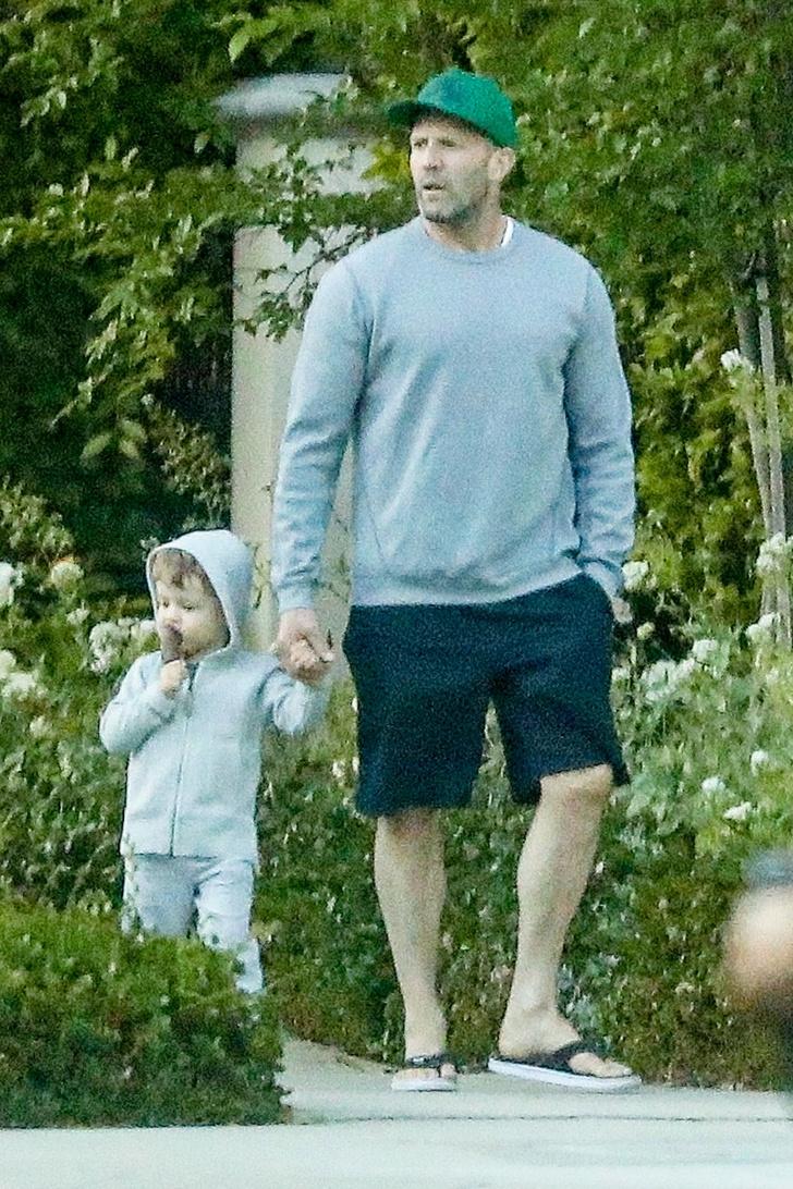 Папа может: Джейсон Стэтхэм даже на прогулке с сыном выглядит брутально (фото 2)