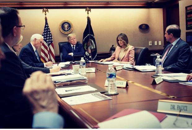 Пиджак в оттенке пыльной розы моментально выделит вас из толпы — докатывает Мелания Трамп (фото 1)