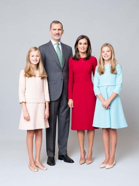 Платья-близнецы на новом официальном портрете королевы Летиции (фото 1)
