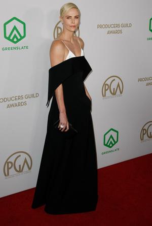 Без декольте и вырезов, но все равно сексуально: Шарлиз Терон на красной дорожке Producers Guild Awards (фото 1.1)