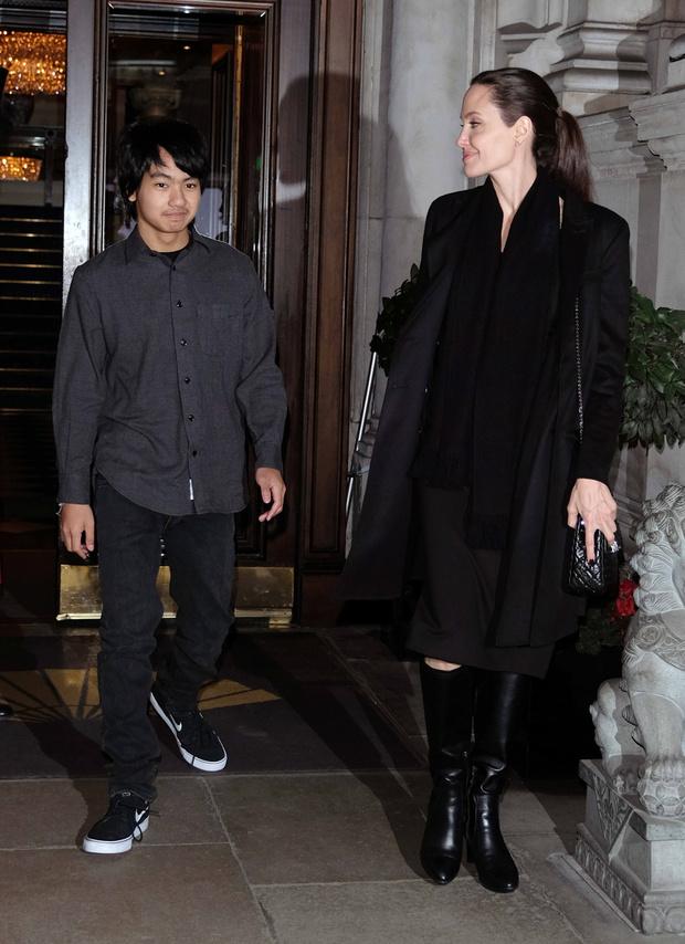 Мэддокс и Анджелина Джоли в Лондоне