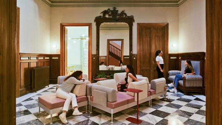 Яркое студенческое общежитие в Гранаде (фото 0)