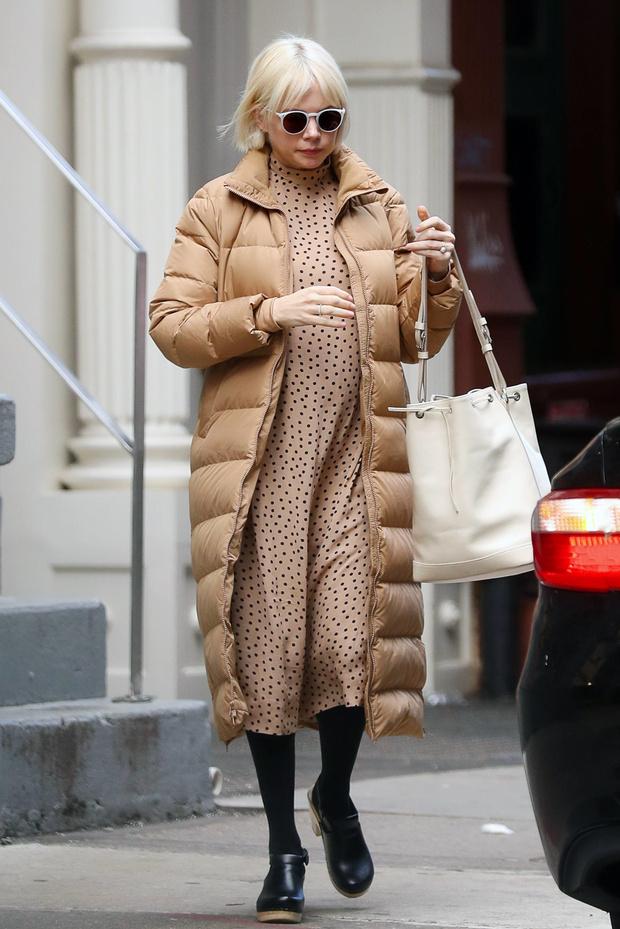 Бежевый + бежевый: Мишель Уильямс в самом уютном и модном образе для беременных (фото 1)