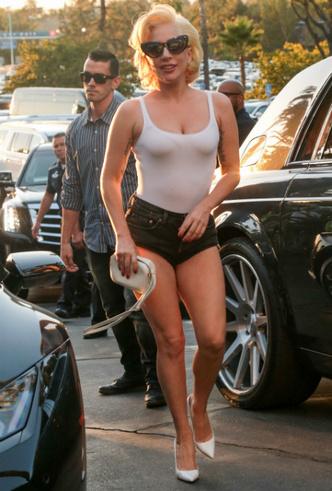 Американская классика: Леди Гага в белой майке и ультракоротких шортах фото [2]