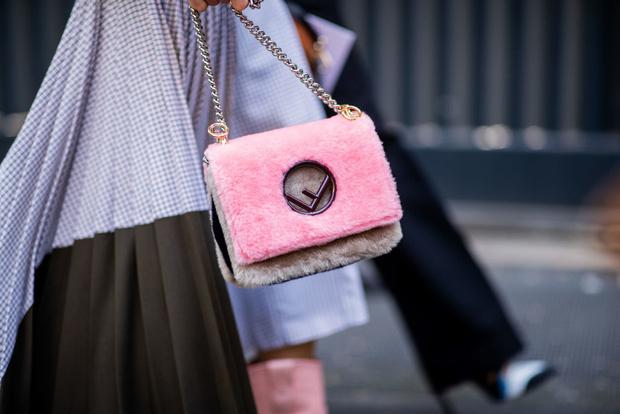 Самые необычные стритстайл образы с меховой сумкой (фото 1)